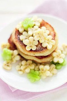 coconut pancakes with banana & kiwi flowers.you could just make regular pancakes, as well, and use a small flower shaped cookie cutter for the banana & kiwi flowersbanana & melon flowers for spring pancakes. Cute idea for brunchbanana & melon flowers for Coconut Pancakes, Banana Pancakes, Pecan Pancakes, Mini Pancakes, Waffles, No Flour Pancakes, Fluffy Pancakes, Coconut Flour, Cute Food