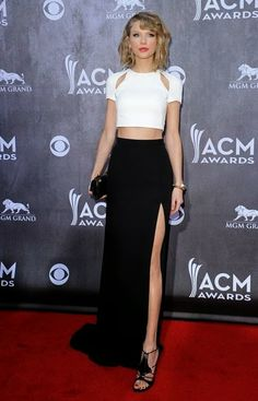 De los ACM Awards: Taylor Swift. Con un original conjunto de top color blanco y falda negra de J. Mendel.