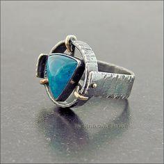 Кольцо с апатитом красивого синего цвета.