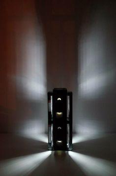 """Unikatowa """"Lampa loft"""" składająca się z 14 kaset VHS. Lampka może być dostępna w różniej wersji kolorystycznej.  Dane techniczne lampy: - żarówka GU10 LED kolorowa z pilotem - kabel zasilający z włącznikiem - zas. 230V  - Wymiary lampy (długość/szerokość/wysokość): 19cm/19cm/49cm"""