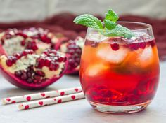 Instead of mulled wine: These 5 Christmas cocktails are a trend this winter Statt Glühwein: Diese 5 Weihnachtscocktails sind diesen Winter Trend Pomegranate seeds, sweetened cranberries Winter Cocktails, Christmas Cocktails, Snacks Sains, Winter Trends, Winter Ideas, Winter Photos, Mulled Wine, Vegan Appetizers, Vegetable Drinks