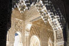 En este arco de una de las galerías en la Alhambra de Granada se ve reflejada la perfección formal típica de la arquitectura árabe-granadina de mediados del siglo XIV. Sin duda, este periodo (el último del dominio árabe en España) fue uno de los más ricos en arte y conocimiento.