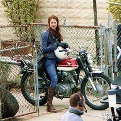shailene woodley 2013 photos | Shailene Woodley è in sella ad un moto sul set di The Amazing Spider ...