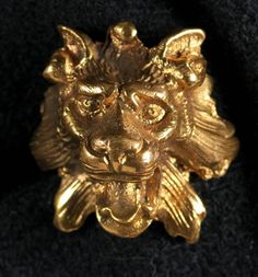 Elsa Schiaparelli - Bouton été 1940 The beautifully crafted, high quality lion head buttons are animated, almost like a jewelry adornment