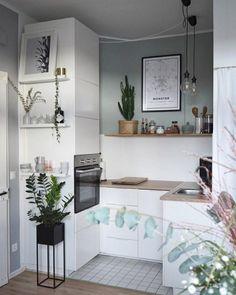 cuisine-petite-surface-en-blanc-et-gris-banquette-petit-évier-lampes-pendantes-mur-gris-clair-grande-armoire-blanche-avec-four-encastrable