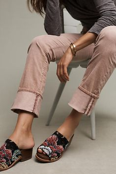 These corduroys and clogs! Look Fashion, Womens Fashion, Fashion Trends, Estilo Folk, Clogs, Look Man, Gris Rose, Look Boho, Autumn Winter Fashion