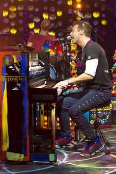 Chris Martin playing the piano, AHFOD Tour 2016!