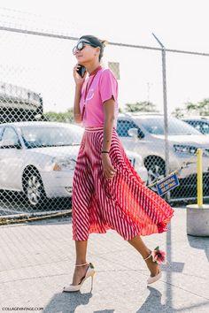 Модная юбка-полусолнце с принтом в полоску с розовой блузкой.черной и белыми туфлями на высоком каблуке.