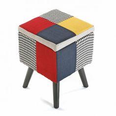 Taburete cuadrado de 30x30 cm. tapizado patchwork Taburete cuadrado con asiento tapizado en algodón mediante el estilo patchwork, con el que se mezclan telas de diferentes colores y formas. Las patas son de madera.