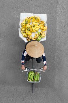 Au Vietnam, le photographeLoes Heerink a voulu mettre à l'honneur les vendeurs de rue de la ville de Hanoi, tout en changeant des angles classi