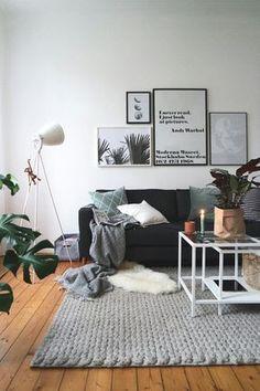 der perfekte sonntagmorgen kaffee kerzenschein und zeitschrift auf dem sofa relaxed hochwertige
