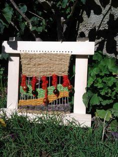 Telar decorativo, lana natural, aplicaciones en cuencos de madera y marco de pino natural.