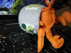 Hermit crab in a tin can for peas, all made of felt! The can has a lid and everything! Made by Craftsterer camelama