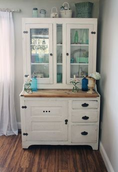 I kind of want to make our hutch sit like this, with the top half set back. And doors might be nice.