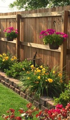 Wood, as a material, is very suitable for the garden. It is always in fashion and you no longer risk having an old-fashioned wooden garden fence or screen. Small Backyard Design, Backyard Garden Design, Diy Garden, Backyard Patio, Backyard Landscaping, Backyard Ideas, Landscaping Ideas, Fence Ideas, Pavers Ideas