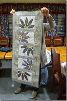 32 Ideas wall hanging flower table runners for 2019 Patchwork Table Runner, Table Runner And Placemats, Table Runner Pattern, Quilted Table Runners, Lap Quilts, Small Quilts, Quilting Projects, Quilting Designs, Mug Rug