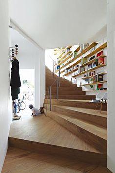 狹小的獨棟公寓,來看建築師平田晃久的巧妙錯層設計,把空間切割成數個區塊,並善用梯間牆面空間,成為家中最佳的閱讀舞台。 via 平田晃久建築設計事務所