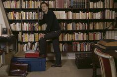 Patrick Modiano apoyado en la biblioteca de su casa. Diciembre de 1987.