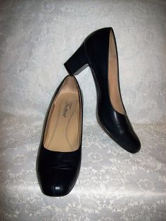 ca2690ab67b Vintage Navy Blue Leather Pumps by Trotters Size 7 1 2 NARROW Only 9 USD