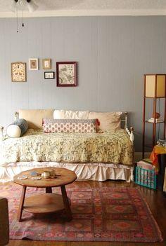 収納付きのソファベッドは海外のお部屋から。センス溢れるテキスタイルの重ね技で、ベッドの生活感がまったくみえません。これならお部屋の中央に堂々と置けますね♪