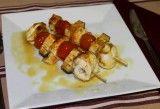 Brochetas de pollo con verduras en estuche de vapor Lékué Curry, Sushi, Waffles, Sausage, French Toast, Healthy Recipes, Healthy Food, Chicken, Breakfast