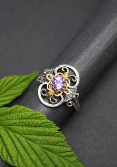 Moderner Trachtenschmuck Silberring mit Amethyst gefasst. Jetzt in unserem Trachtenschmuck Online-Shop schmökern und bestellen. Roman, Sapphire, Rings, Jewelry, Enamel Jewelry, Rhinestones, Jewellery Making, Jewelery, Ring