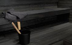 We love dark shades too. Modern Bathroom Decor, Bathroom Spa, Saunas, Banquettes, Design Sauna, Outdoor Sauna, Finnish Sauna, Sauna Room, Spa Rooms