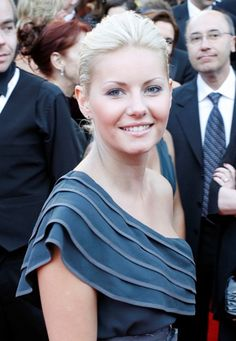Elisha Cuthberts gorgeous, blonde hairstyle
