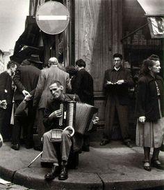 Accordéoniste rue Mouffetard, 1951 ¤Robert Doisneau. Atelier Robert Doisneau | Site officiel