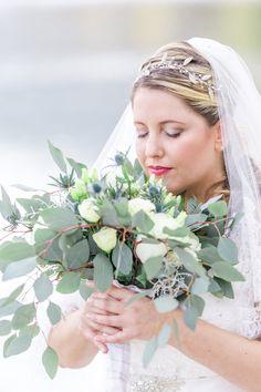 So wunderschön und anmutig mit Schleier und hauchzartem Schmuck - Plus Size Braut an der Donau Braut Make-up, Curvy, Crown, Jewelry, Veil, Wedding Pie Table, Fairy, Jewlery, Nice Asses