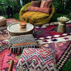 boho via dree harper Gypsy Decor, Bohemian Decor, Bohemian Porch, Bohemian Homes, Bohemian Room, Hippie Look, Terrazas Chill Out, Boho Bedding, Bohemian Interior