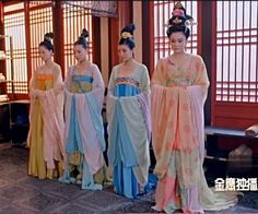 Tang dynasty court ladies of low rank. From the 2014 TV series Wu ZeTian (aka Empress of China; Hanfu, Cheongsam, Traditional Fashion, Traditional Outfits, Japanese Art Samurai, The Empress Of China, Chinese Style, Chinese Art, Chinese Clothing