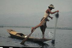 Fischender Beinruderer, 1985 Czychowski/Timeline Images #Fischer #Fischerei #Fisch #Fischen #Fishing #Fisher #Fishery #Fish #Fluss #Inle #Boot #Netz #Fischernetz #Beinruder #Burma #Myanmar
