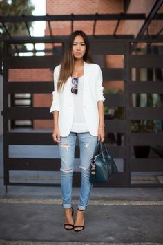 Blazer blanca para todos tus looks. White top+distressed jeans+black ankle strap heeled sandals+white blazer+black handbag+sunglasses+necklace. Spring Casual Evening Outfit 2017 #heeledsandalsoutfitjeans #anklestrapsheels2017