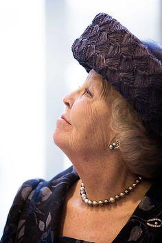 DEN HAAG (ANP). Prinses Beatrix heeft vrijdagmiddag het nieuwe kantoor van Unicef Nederland in Den Haag geopend. Beatrix is beschermvrouwe van de Nederlandse... Royal Tiaras, Royal Jewels, Classic Names, Real Queens, Dutch Royalty, Royal Princess, Royal House, Queen B, Children And Family