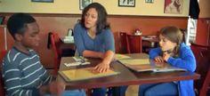 Este vídeo muestra el síndrome de madrastra de Cenicienta. Padres que tratan de forma diferente a los hijastros o hijos adoptados.