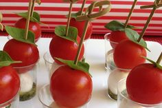 tomatinia me motsarela Finger Food Appetizers, Finger Foods, Appetizer Recipes, Pesto, Projects To Try, Party Ideas, Vegetables, Finger Food, Starter Recipes