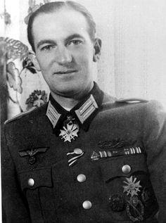 """Leutnant Richard Volkmann (1911-1965), 12.08.1944 Ritterkreuz des Kriegsverdienstkreuzes mit Schwertern (es gab nur ca. 73 Verleihungen mit Schwertern) als Fahnenjunker-Oberwachtmeister und Fernaufklärer beim Nachrichten-Fernaufklärungs-Kompanie 623 in der Division """"Brandenburg""""."""