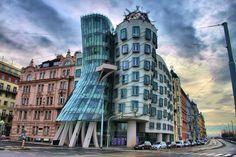 Otra de las obras magnificas de Frank Gehry es la Casa Danzante de Praga, hecha con acero, cristal y hormigón.