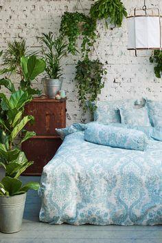 Ein bisschen grün im Schlafzimmer und dazu noch diese wundeschöne Bettwäsche mit hellblauen Ornamenten. Süße Träume ♥