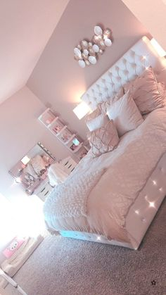 Lovely Pink Bedroom Design Ideas That Inspire You The pink bedroom looks amazing that most of us use the color for the nursery room, girl's room, and others. Read Lovely Pink Bedroom Design Ideas That Inspire You Cool Teen Bedrooms, Bedroom Decor For Teen Girls, Room Ideas Bedroom, Home Decor Bedroom, Rooms For Teenage Girl, Cute Bedroom Ideas For Teens, Girls Bedroom Ideas Teenagers, Teen Bedroom Makeover, Nursery Room