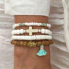 LIVRAISON STANDARD NE COMPREND LE SUIVI UTILISEZ LE MENU DÉROULANT POUR LES MISES À JOUR DE LIVRAISON pile de Bouddha bracelet, bijou 1. perles de bois de santal de 6mm avec un minuscule 13mm 1/2 aqua et or et pompon en coton rose ton Bouddha, enfilé sur élastique sécurisé bijoux. 2. bracelet de perles de rocailles avec or blanc et perles aqua. 3. bracelet coquillage blanc 4. coquillage blanc avec une howlite Croix et perles en argent sterling 7 livré dans un sac en organza