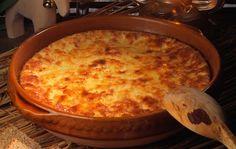 Hämäläinen munajuusto Lämmitä maito kiehumispisteeseen. Lisää piimä vähitellen hitaasti sekoittaen. Varo, ettei maito pääse palamaan pohjaan. Pohjaanpalamisen estämiseksi voit laittaa kattilan ja levyn väliin ohuen metallilangasta väännetyn kiekuran tai voit kuumentaa maidon vesihauteessa. Kun juustomassa alkaa erottua, vedä sitä kauhalla reunoilta keskelle päin ja tiputa väkiviinaetikka heraan kattilan reunalle. Älä sekoita! Kuumenna seos uudelleen kiehumispisteeseen. …
