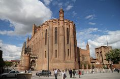 Erigée sur un piton rocheux, la cathédrale Sainte-Cécile d'Albi surprend par son architecture extérieure qui relève plus de la forteresse que de l'édifice religieux. L'intérieur est en contraste total avec d'impressionnantes fresques et un grand choeur de style gothique flamboyant.