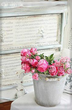 Shabby Chic Outdoor Decor Ideas For An Incredible Home Improvement Project Improving your home can be done for a number of reasons. Love Rose, Pink Love, Pretty Flowers, Shabby Chic Patio, Shabby Chic Cottage, Romantic Roses, Beautiful Roses, Bouquet Champetre, Parfum Rose