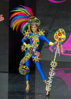Eline de Pool, Miss Curacao models in the national costume contest during the Miss Universe 2013 pageant Miss Universe Costumes, Miss Universe National Costume, Miss Univers 2013, Kadayawan Festival, Carnaval Costume, Samba Costume, Transformer Costume, Carnival Dress, Barbie Miss