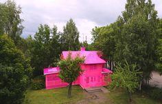 A artista Olek revela uma casa, de dois andares, toda coberta de crochê rosa. A…