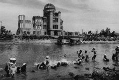Bagno presso il fiume davanti allo Hiroshima Dome, 1957 dalla serie Hiroshima  Ken Domon Museum of Photography