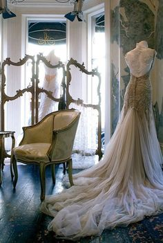 A dress form is a great idea for you wedding day. Goodbye ugly hangers!...yes - please stop hanging dresses in trees and do this instead!  it's so much better! YES YES YES