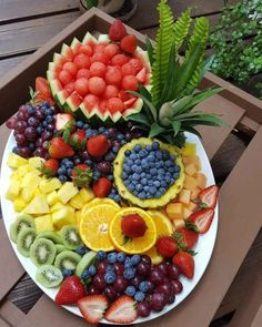Mesa de frutas: 70 maneiras para decorar com muitas cores e sabores Fruit table: 70 ways to decorate with many colors and flavors Fruit Recipes, Appetizer Recipes, Cooking Recipes, Detox Recipes, Fruit Platter Designs, Fruit Designs, Party Food Platters, Fruit Platters, Cheese Platters